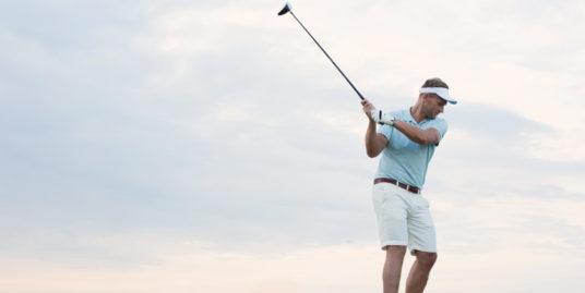 Hombre jugando al golf en Sitges
