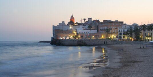 Vue sur l'église de Sitges depuis la plage